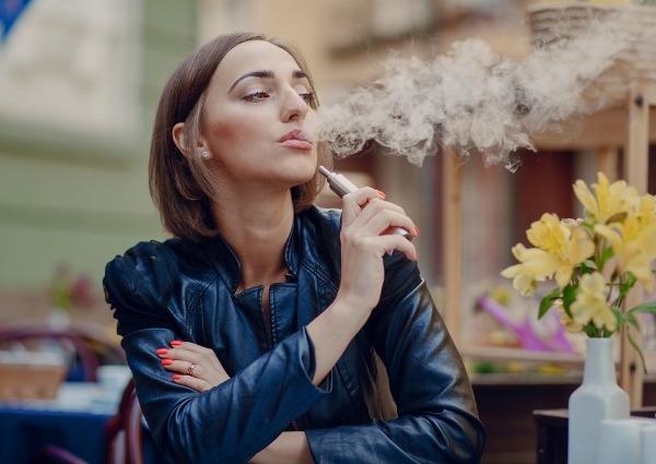 femme fumant cigarette electronique